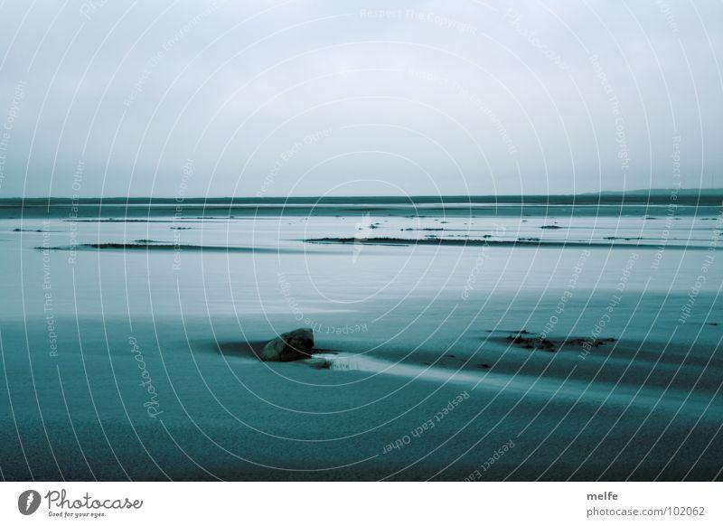 Sehnsucht Meer ruhig nass trüb Trauer harmonisch Gezeiten Strand träumen Unendlichkeit Küste Wasser blau Ferne Traurigkeit Felsen Freiheit