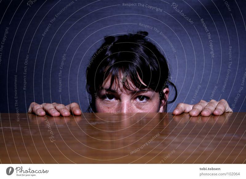Zuschauer schwarz braun Holz Staub schwarzhaarig Hand Reflexion & Spiegelung spannen Tisch Angst Panik Frau blau Seil masserung Fleck Haare & Frisuren Blick