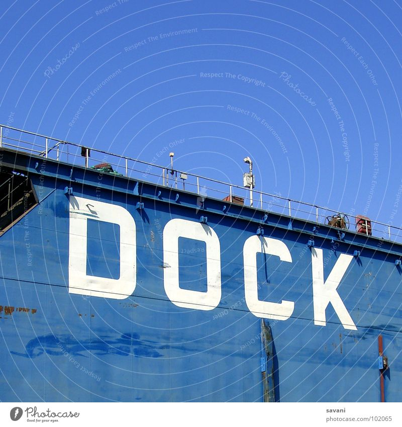 Dock im Hamburger Hafen Sommer Himmel Schönes Wetter Fluss Mauer Wand Wasserfahrzeug Schriftzeichen blau weiß Buchstaben Elbe Kontainer Schiffswerft Schwimmdock