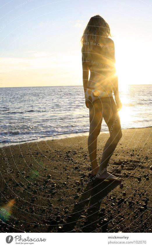 sonnengöttin Sonne Meer blau Sommer Strand Ferien & Urlaub & Reisen ruhig Haare & Frisuren träumen Sand braun Wellen Haut stehen heiß Bikini
