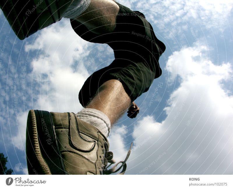 up up and away springen Himmel Wolken Froschperspektive Turnschuh Sommer Applaus Freude Funsport aufwärts oben in die luft gehen sky clouds sportlich Dynamik
