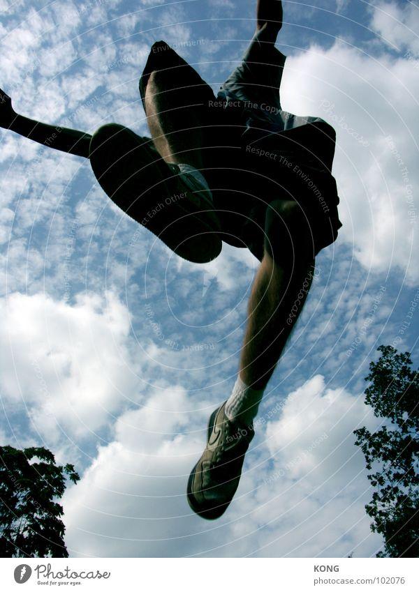 passing by springen Himmel Wolken Froschperspektive Turnschuh Sommer Applaus Freude Freizeit & Hobby Leichtathletik aufwärts oben in die luft gehen sky clouds