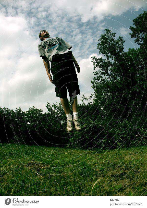 oben links springen Himmel Wolken Froschperspektive Sport Sommer Applaus gekrümmt Schweben Schwerkraft Flugzeug Freude Spielen aufwärts in die luft gehen sky