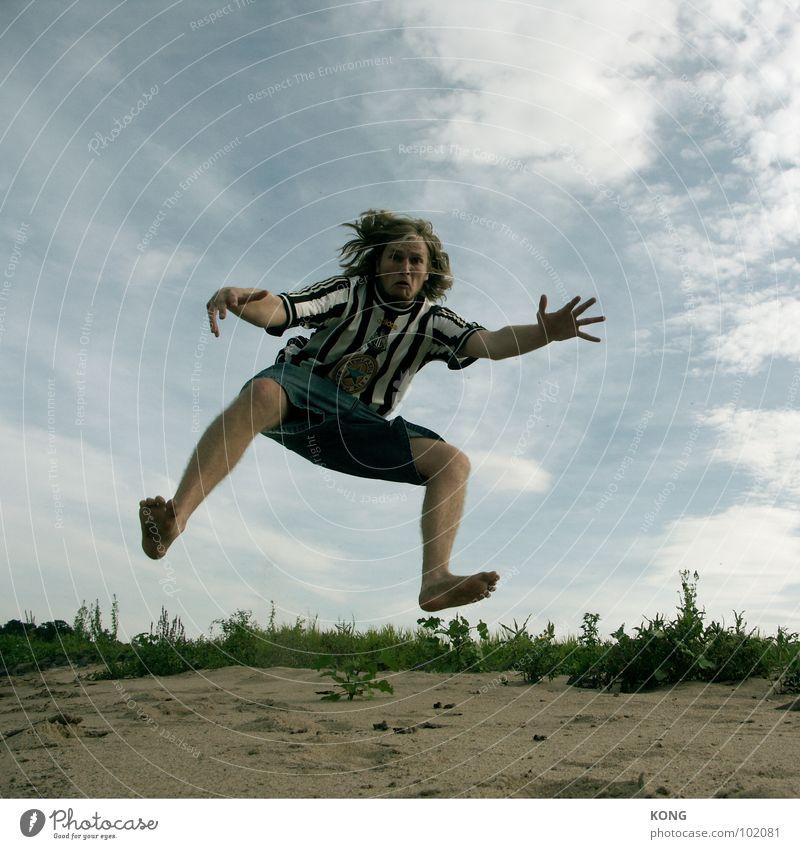 krake springen Himmel Wolken Froschperspektive Sommer Applaus Freude Spielen Mann aufwärts oben in die luft gehen sky clouds Dynamik athletic Sportler hoch