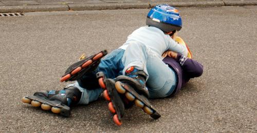 blade a Rollschuhe Unfall Sturz Spielen Asphalt üben durcheinander Nachmittag Kind Sport Rolle fallen Gemenge Rangelei Straße Außenaufnahme