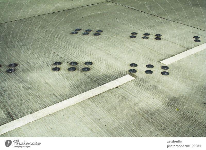 28 Punkte Fahrbahn Linie Muster abstrakt Beton Strukturen & Formen Parkplatz Verkehrswege Detailaufnahme Straßennamenschild spiefleld Schilder & Markierungen