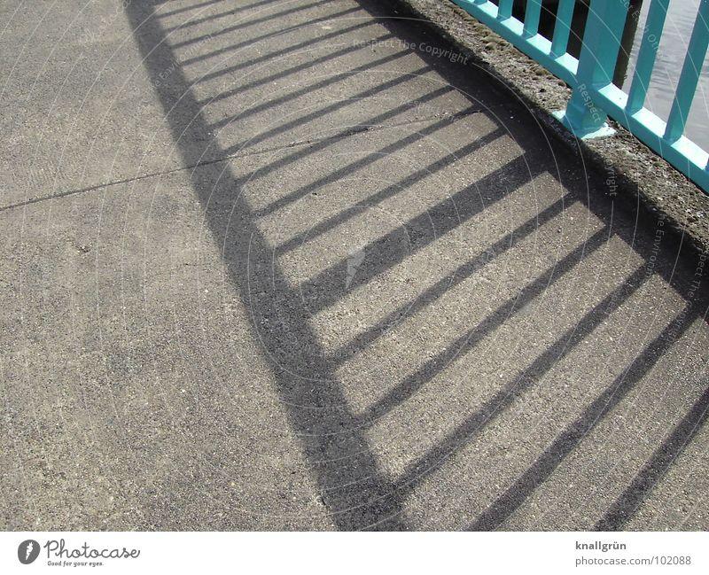 Wo viel Licht ist... Sonne Sommer grau Wege & Pfade Brücke Spaziergang Asphalt Streifen türkis Brückengeländer Sommertag hell-blau