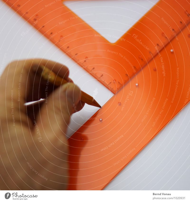 Linientreu Arbeit & Erwerbstätigkeit Büroarbeit Mann Erwachsene Hand Finger Schreibwaren Kunststoff zeichnen braun grau orange Dreieck Geometrie technisch