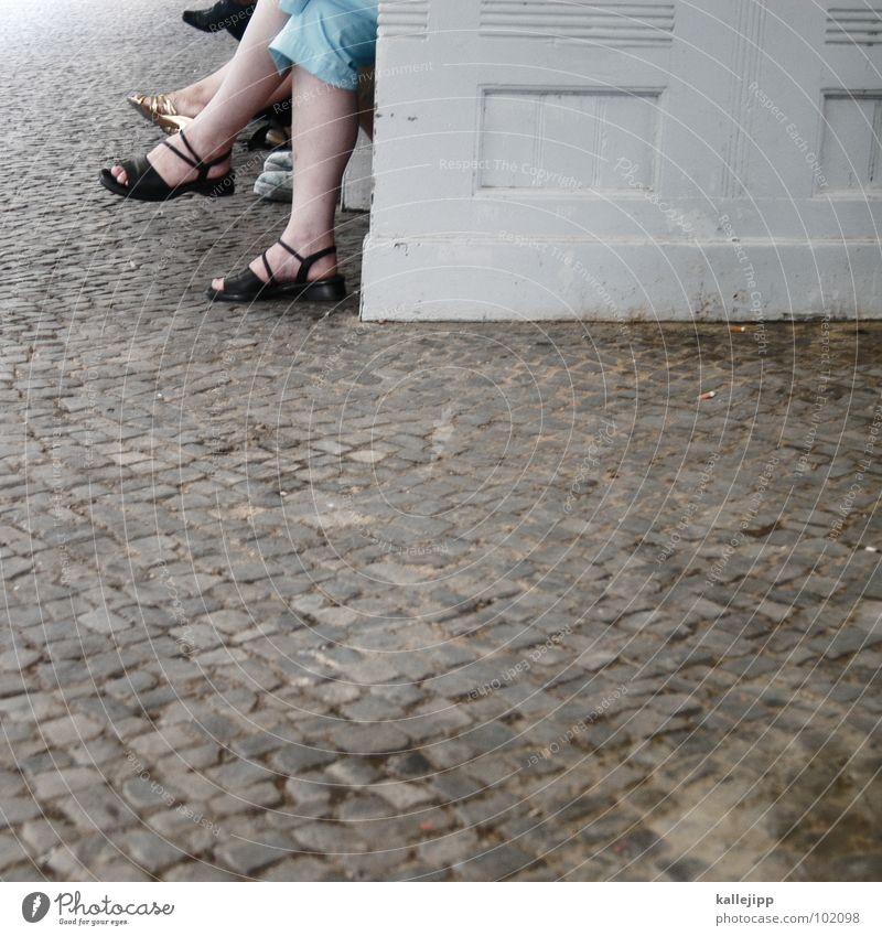 warteposition Mensch Sommer Beine Fuß sitzen warten Eisenbahn Niveau Ziel Bank Richtung Gleise U-Bahn Bus Bahnhof Station