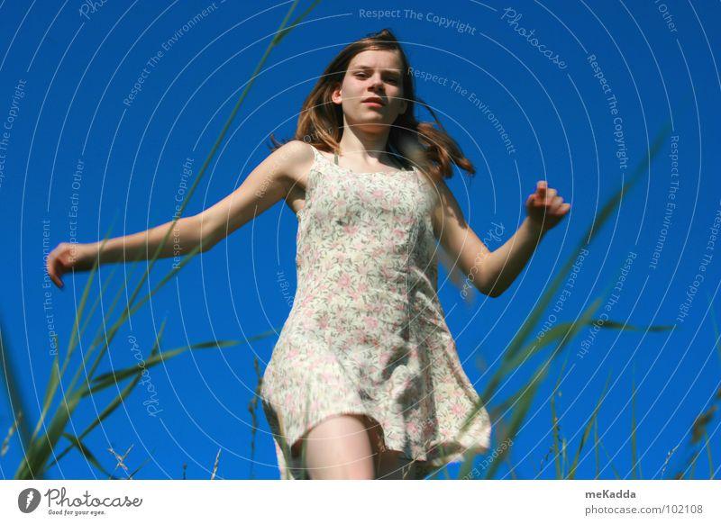 die Welt ist ja so wunderschön blau Mädchen Gras grün Halm Kleid Jugendliche Erde Himmel Wind Haare & Frisuren Arme