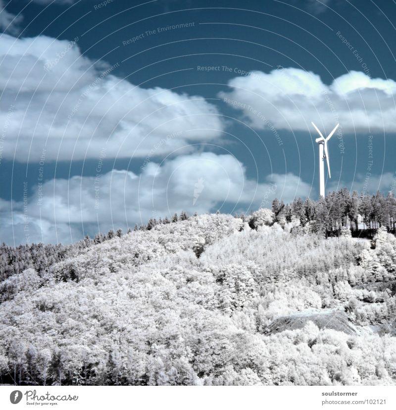 Windkraft Infrarotaufnahme Farbinfrarot Schwarzfilter Wolken schwarz weiß Holzmehl Gras Wiese Pflanze grün Baum Wald Waldrand Wäldchen Elektrizität Propeller