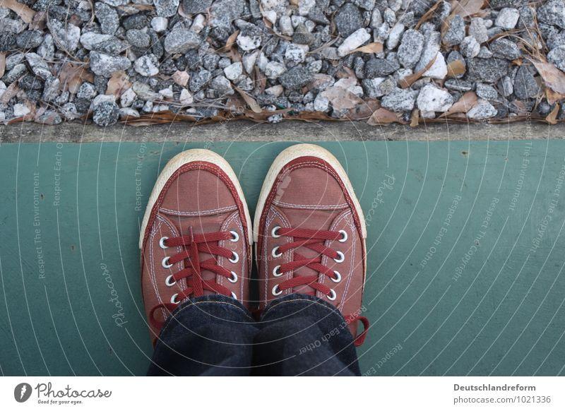 materiality blau grün weiß rot grau Stein Schuhe Beton Jeanshose Symmetrie Turnschuh Chucks