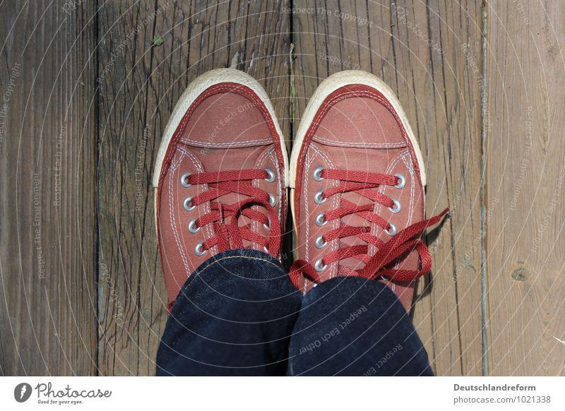 classic Lifestyle Jugendkultur Mode Bekleidung Jeanshose Stoff Schuhe Turnschuh Chucks Holz authentisch Coolness trendy Klischee blau braun rot Gelassenheit