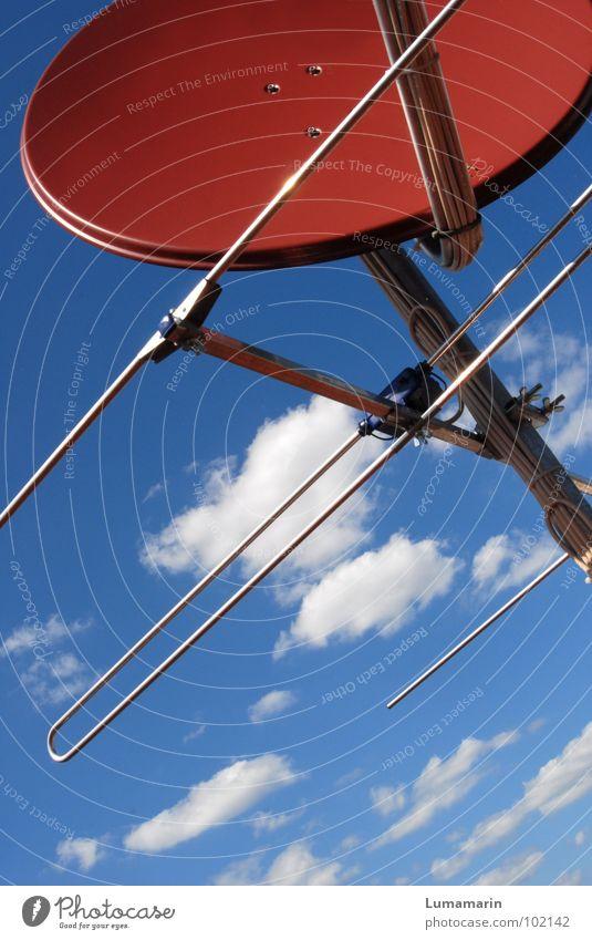 Television Satellit Satellitenantenne Antenne Blech transferieren Sender senden Wolken luftig Luft Elektrisches Gerät Medien Fernsehen Publikum Information