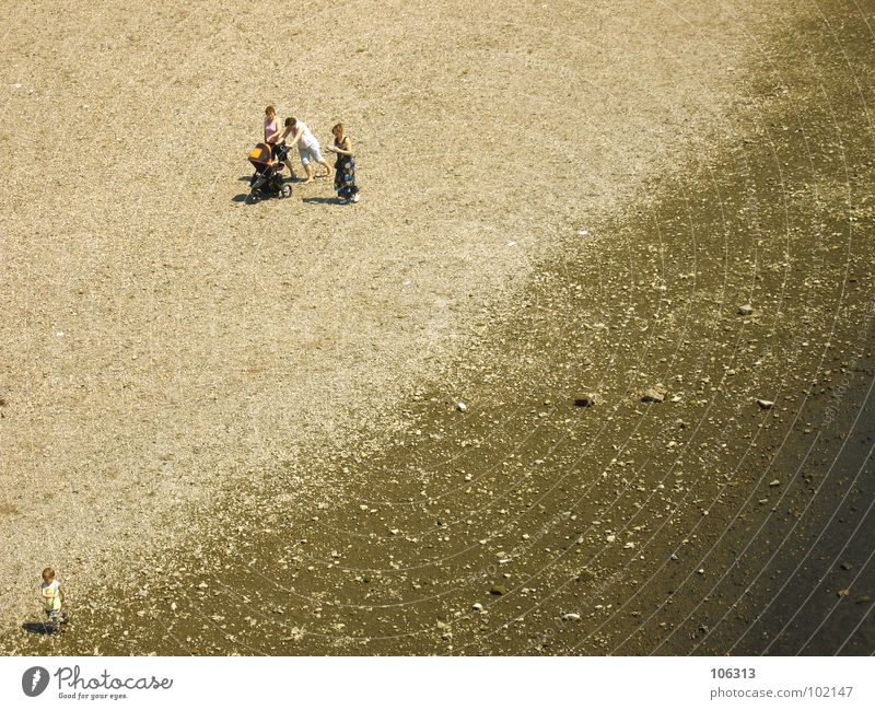 DIE DREI LUSTIGEN VIER [END] Strand Küste Meer See Suche Kinderwagen schieben Zerreißen drücken Spielen Spaziergang Frau Stein Barfuß Mann Einsamkeit abgelegen