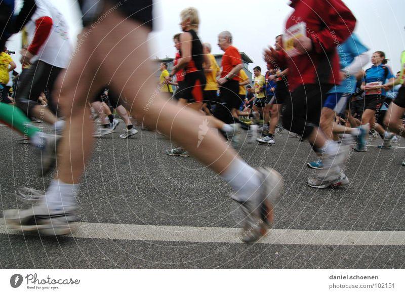 neulich beim Marathon (Teil 3) Freude Straße Sport Spielen Bewegung Schuhe Beine Gesundheit laufen rennen Geschwindigkeit Perspektive Fitness Turnschuh Laufsport