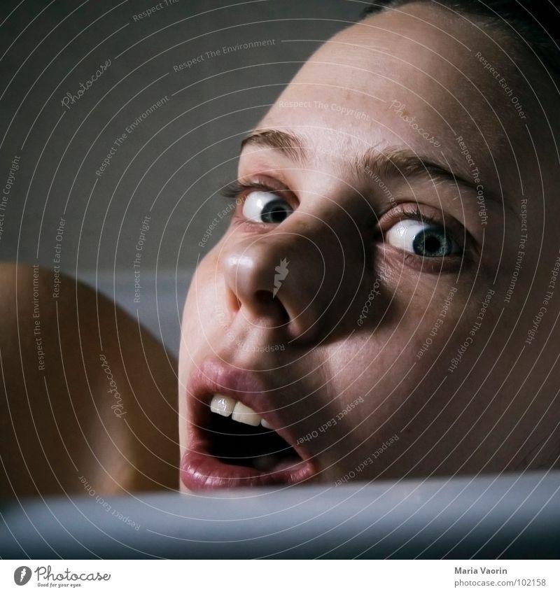 *kreisch* Frau Gesicht Angst Schwimmen & Baden gefährlich Badewanne Waschen Ekel Panik Selbstportrait Voyeurismus Schrecken erschrecken spannen