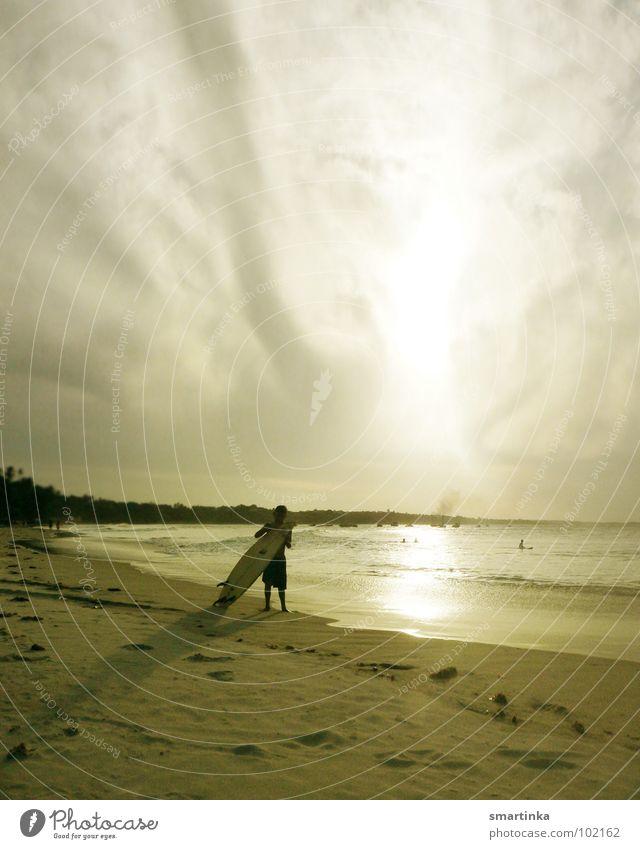 Spor do sol I. Brasilien Ceará Strand Surfer Surfbrett Surfen Sonnenuntergang Wellen Meer Freude Sport Spielen Südamerika Paracuru Local Freiheit Sand