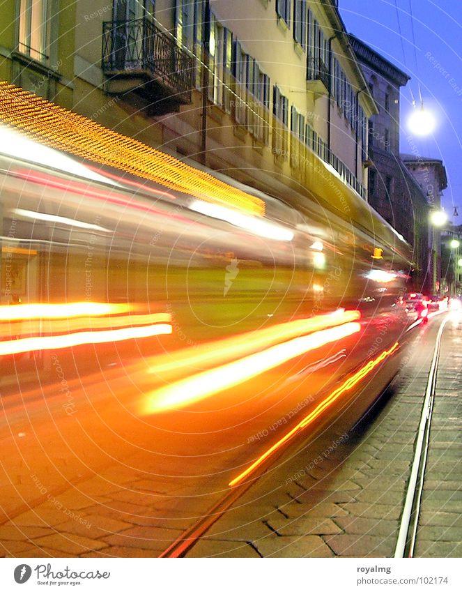 light show Himmel blau rot gelb Straße Farbe Lampe Bewegung Beleuchtung orange Verkehr Italien Gleise Bus Flucht Abenddämmerung