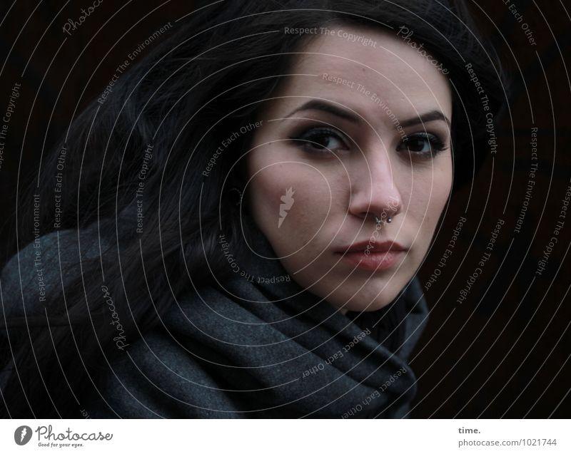 . feminin Junge Frau Jugendliche 1 Mensch Mantel Piercing schwarzhaarig langhaarig beobachten Denken Blick warten schön Coolness Willensstärke Wachsamkeit