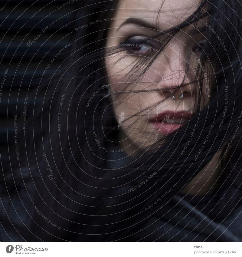 . feminin Junge Frau Jugendliche 1 Mensch Mantel Piercing Ohrringe schwarzhaarig langhaarig beobachten Denken Blick warten rebellisch schön Gefühle selbstbewußt