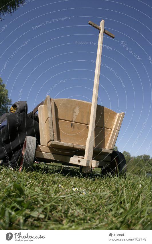 im Wagen vor mir… Handwagen Holz wandern Wiese Freizeit & Hobby Froschperspektive Spielen Natur unterwegsfreiheit Himmel Außenaufnahme