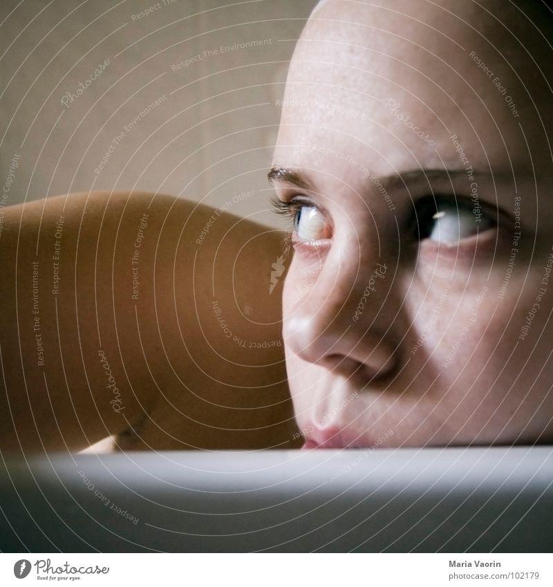 Waschen nicht vergessen, Maria! Frau Wasser Gesicht Erholung Gesundheit Bad Schwimmen & Baden Schulter Badewanne Selbstportrait Wohlgefühl Sommersprossen