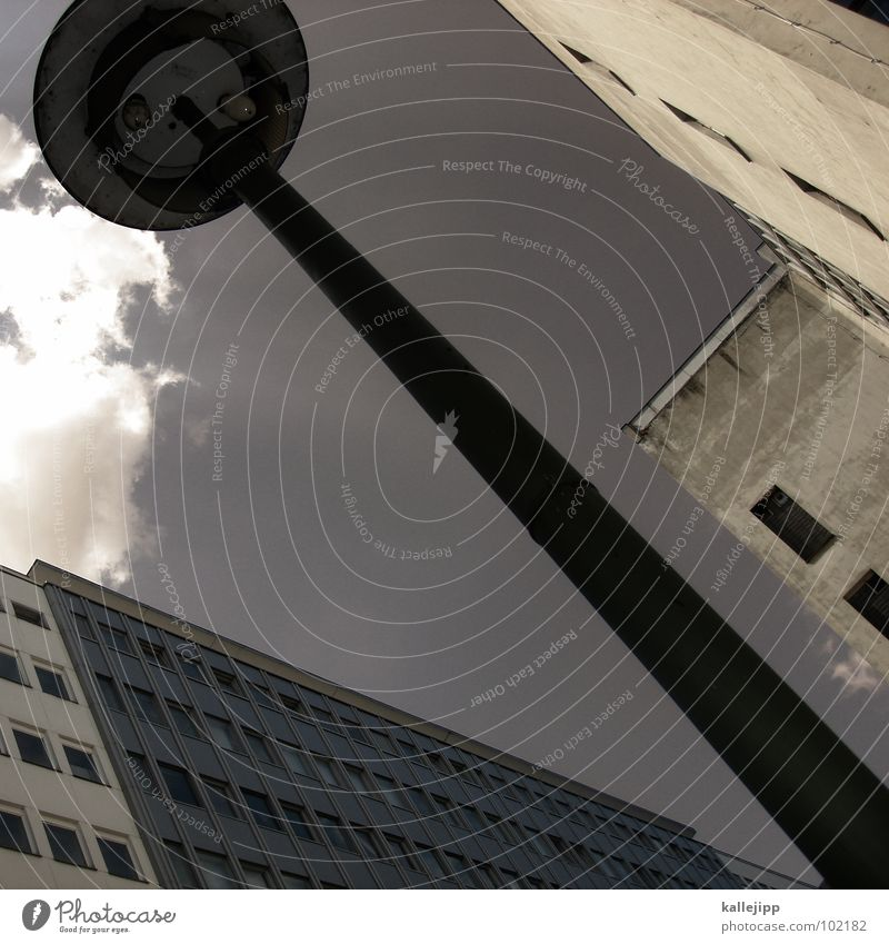 die wolke stört mich Hochhaus Balkon Laterne Lampe Straßenbeleuchtung Fassade Fenster Wohnanlage Stadt rund Pastellton Beton Etage Selbstmörder Raum Mieter
