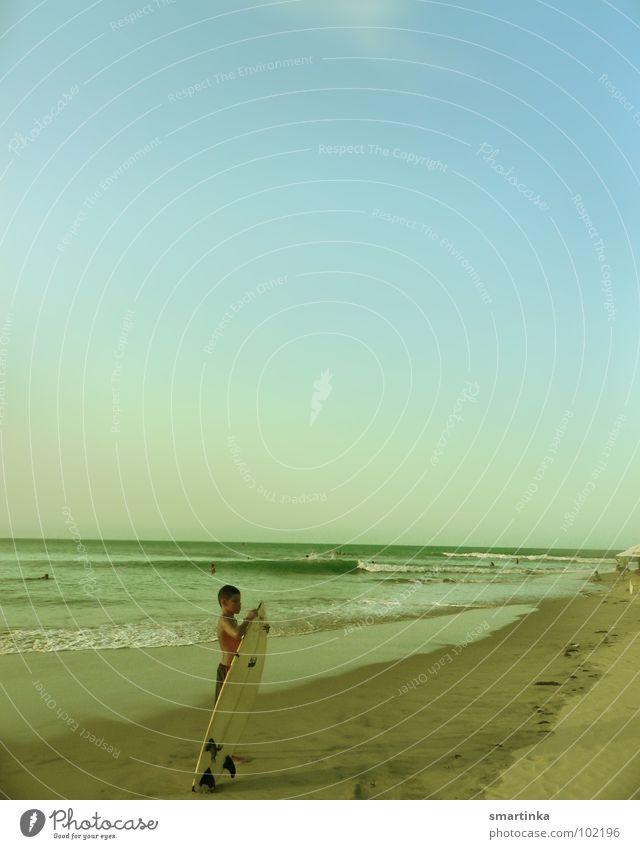 Spor do sol II. Brasilien Ceará Strand Surfer Surfbrett Surfen Sonnenuntergang Wellen Meer Freude Sport Spielen Wassersport Paracuru Local Freiheit Sand
