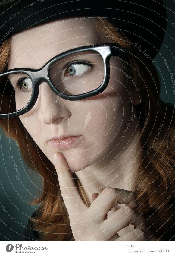 ... Junge Frau Jugendliche Kopf 18-30 Jahre Erwachsene Brille Hut rothaarig langhaarig Denken nerdig Neugier verrückt blau orange schwarz klug skurril Zylinder