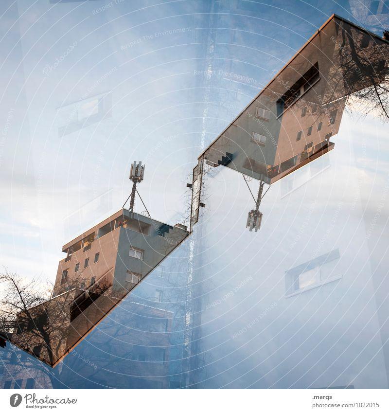 Neubau Haus Stil außergewöhnlich Design Häusliches Leben Perspektive verrückt Dach Wolkenloser Himmel Doppelbelichtung Surrealismus Symmetrie Antenne