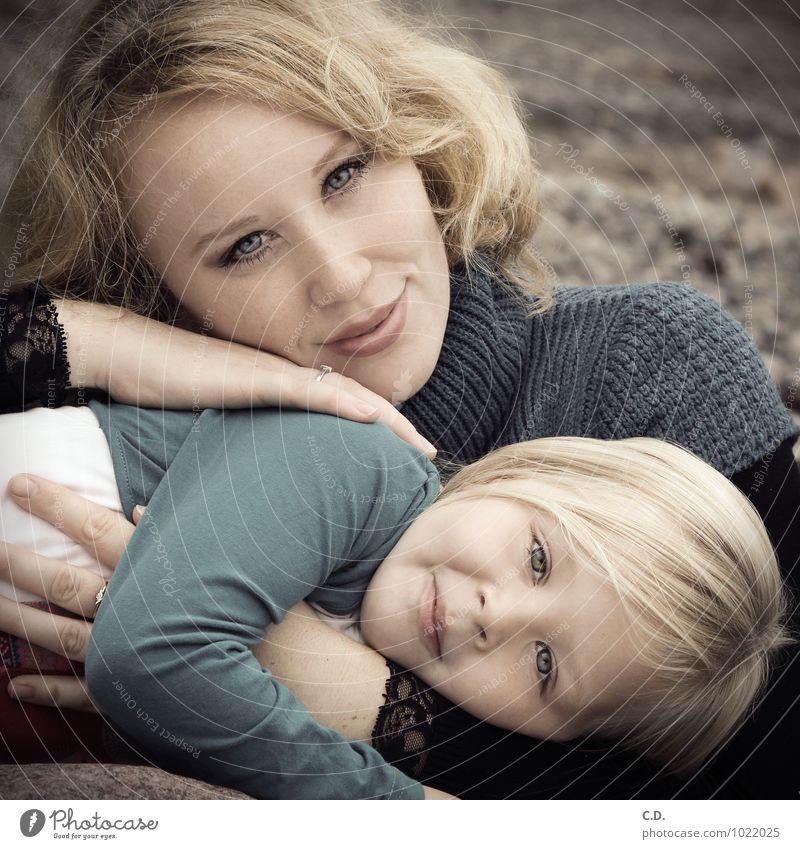 Mutter & Tochter Mädchen Frau Erwachsene Familie & Verwandtschaft 2 Mensch 3-8 Jahre Kind Kindheit 18-30 Jahre Jugendliche Pullover blond langhaarig Lächeln