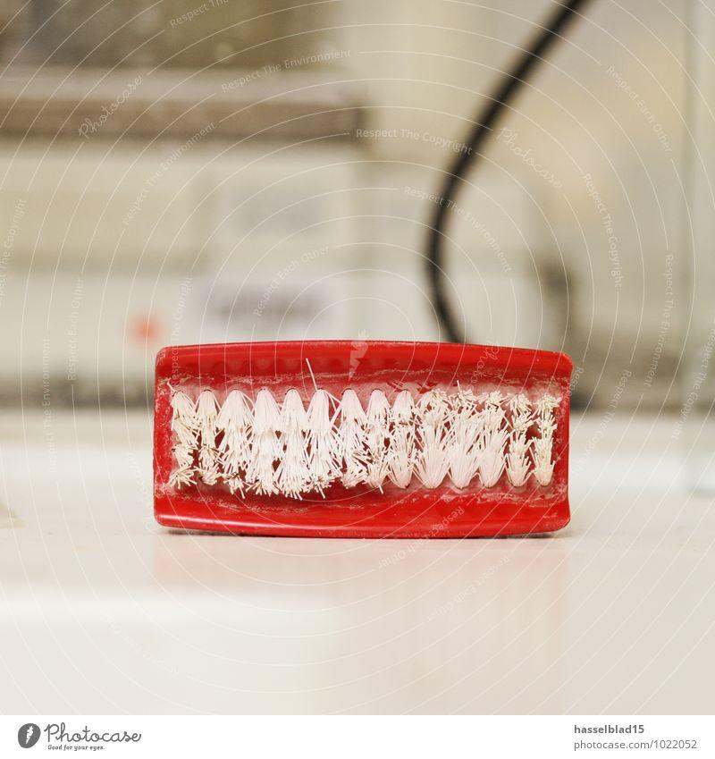 Zahnbürste rot lachen Dinge Sauberkeit Reinigen Symbole & Metaphern Zähne falsch Abnutzung Zahnarzt Labor gebraucht Handarbeit Bürste dental