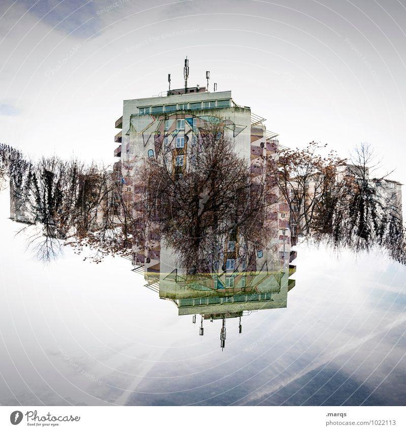 Wohnheim Häusliches Leben Himmel Wolken Schönes Wetter Sträucher Haus Hochhaus außergewöhnlich verrückt Perspektive Surrealismus Symmetrie Immobilienmarkt