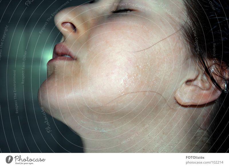 "der "" nach der dusche ""-moment nass Frau Silhouette Lippen fließen Bad geschlossene Augen Jugendliche Gesicht woman Profil face Mund Nase Haut Ohr"
