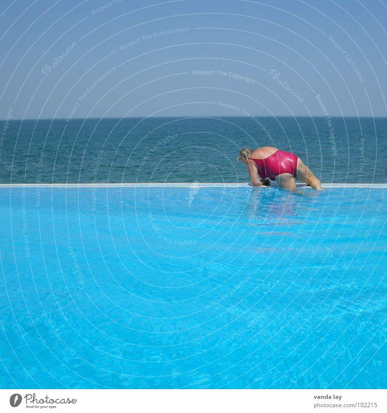 Auf zu neuen Ufern Sommer Schwimmbad Ferien & Urlaub & Reisen Meer Badeanzug rosa dick Frau Kühlung tollpatschig Freibad Am Rand Strand Küste Arschbombe Wasser