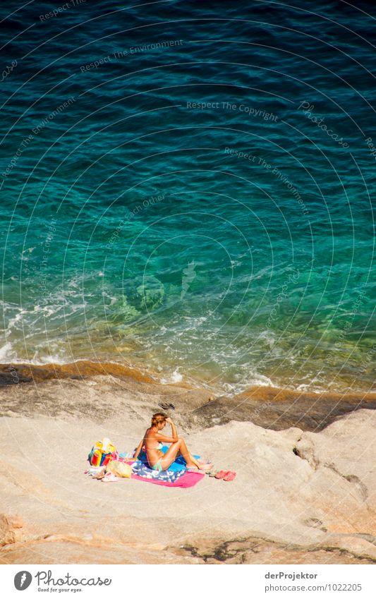 Dame am Felsstrand Mensch Natur Ferien & Urlaub & Reisen Jugendliche Sommer Erholung Meer Landschaft Freude 18-30 Jahre Strand Umwelt Erwachsene Gefühle Küste