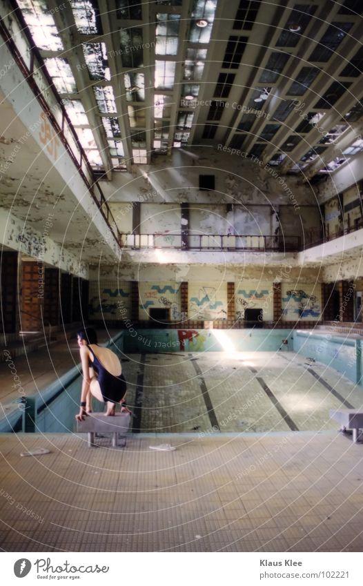 TO TAKE A BATH ::::::. Frau alt schön grün Wasser Einsamkeit rot Hand Freude Ferne dunkel Graffiti Tod Sport Spielen Feste & Feiern