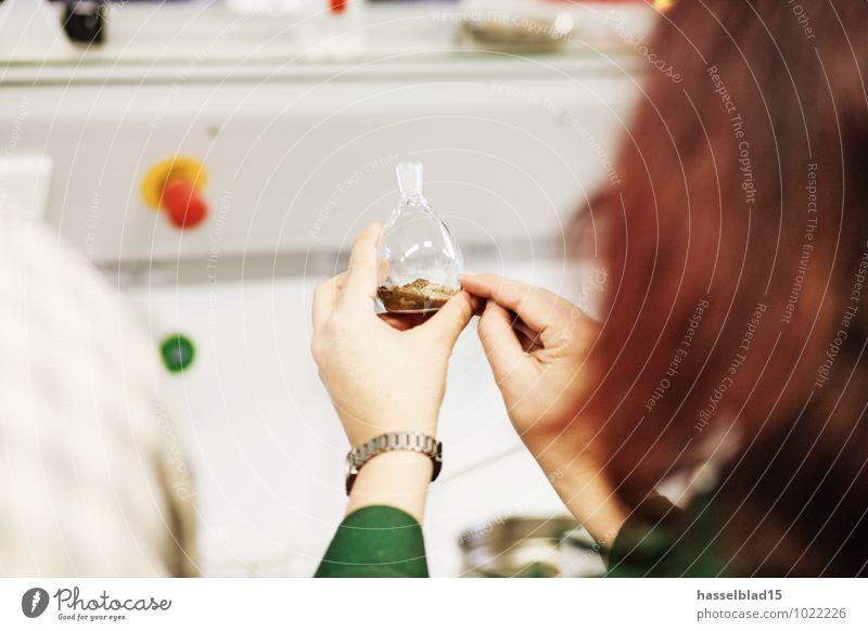 bottle-show Mensch Frau Hand Erwachsene feminin Erde beobachten Studium Weiblicher Senior zeigen Lehrer Chemie üben Schulunterricht mischen untersuchen