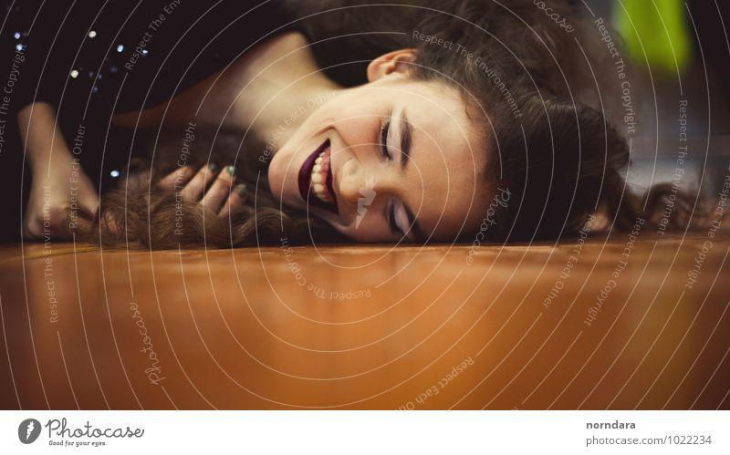 Junges Mädchen lächelnd schön Haare & Frisuren Haut Gesicht Kosmetik Parfum Creme Schminke Lippenstift Wimperntusche Gesundheit Locken genießen Musik hören