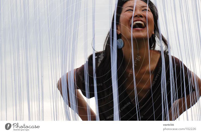leicht verschleiert Frau schön Freude Asien lachen Mode elegant modern Körperhaltung Model Kleid Zähne Vorhang Japan trendy Ohrringe