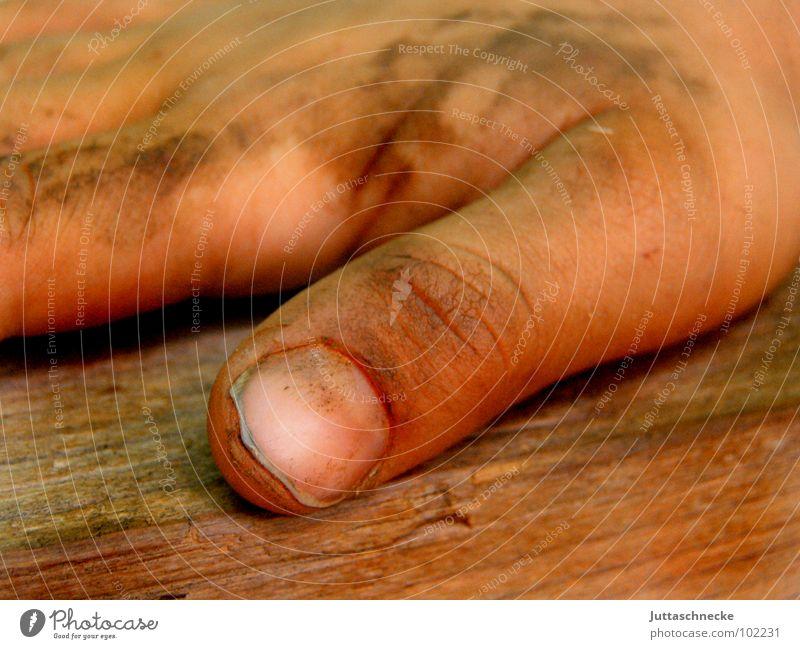 Dreckspatz Mensch Hand Freude Glück träumen Erde dreckig Finger Daumen Nagel Schlamm Gliedmaßen erdig schlammig Daumennagel