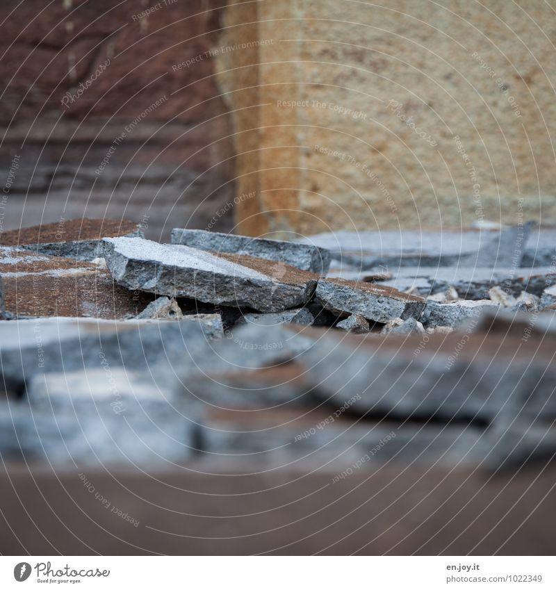 für immer Hausbau Renovieren Handwerker Baustelle Mauer Wand Fassade Bodenbelag Bodenfließen alt eckig kaputt gelb orange Liebeskummer schuldig Reue Eifersucht