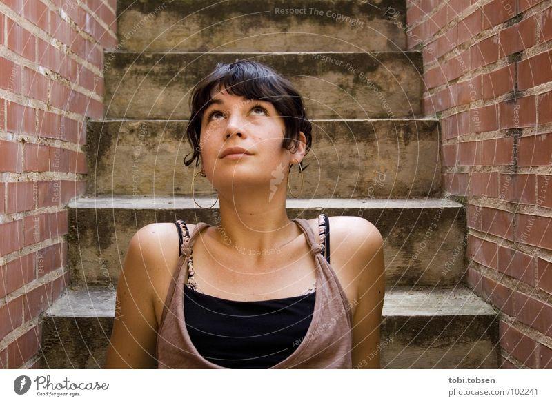 anemon #7 Frau Beton Mauer Backstein rot grau schwarz Kleid Denken lässig Top trist Langeweile Konzentration dreckig Treppe betontrepp treppenstude Haut Blick