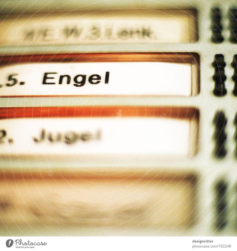 unter uns Angelrute Helfer unsichtbar vergessen Erwartung Klingel Namensschild Vertrauen Engel Angelo geheimnisvoll verstecken Präsenz warten Tür Eingangstür