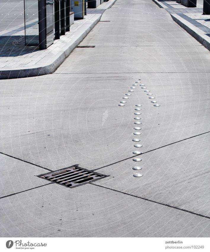 Busbahnhof Gully Richtung geradeaus Fahrbahn Bordsteinkante Wartehäuschen Asphalt Straßenbelag Beton Fuge Teer Wahrheit Verkehrswege Hinweisschild Pfeil Linie