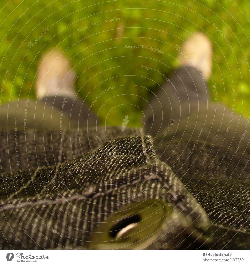 standhaft grün schwarz Wiese Gras Beine Fuß Schuhe stehen Bekleidung Rasen lang Hose Knöpfe anziehen Oberschenkel