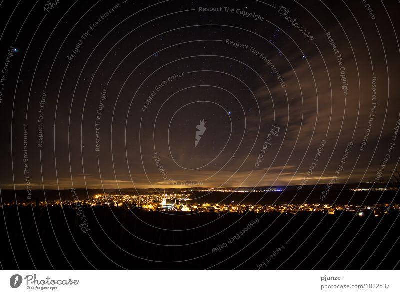 Sternennacht Ausflug Nachtleben Natur Himmel Wolken Nachthimmel Horizont Winter Schönes Wetter Feld Hügel Dorf Kleinstadt Stadtrand Skyline Haus Kirche Dom