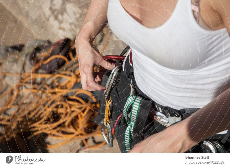 Aufsteigerin Mensch Jugendliche Hand Freude 18-30 Jahre Erwachsene Berge u. Gebirge feminin Sport Freizeit & Hobby Angst Zufriedenheit Kraft Finger Sicherheit