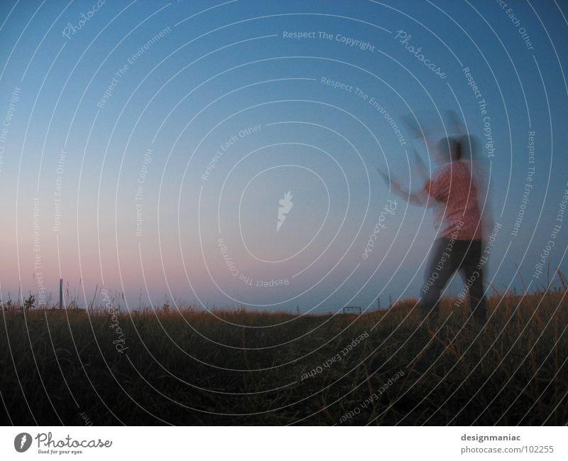 Drachentanz Nacht Wiese Gras dunkel Horizont Sonnenuntergang Verlauf rot Dämmerung rosa Hemd Mann schwarz Hose Halm führen Unschärfe Bewegungsunschärfe Schnur